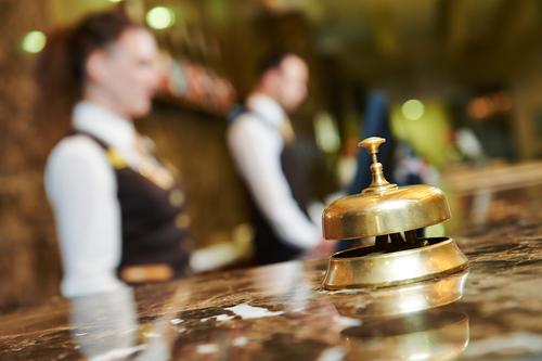 Trabajadores en la recepción de un hotel